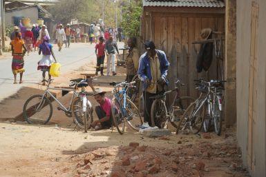 Overal zie je fietsenmakers langs de weg.