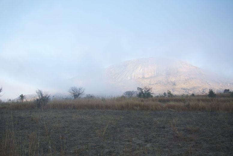 We staan vroeg op en worden beloond met nog een ander mooi uitzicht op de bergen: gehuld in nevel.