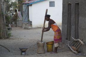 De buurvrouw is nog traditioneel eten (ik vermeod cassave / manioc) aan het stampen.