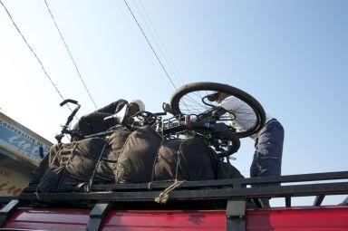 Het wordt al gewoon om busjes weg te zien rijden met je fiets op het dak.