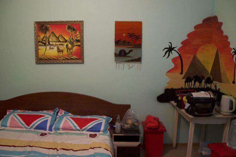 Ja we zijn in Kazakhstan, niet in Egypte... Het lelijke schilderij boven het bed is ook nog eens glow in the dark! Verder heus een heel fijn hostel!