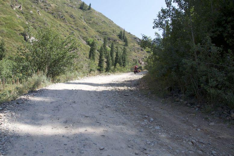 Op foto's ziet de weg er altijd minder slecht uit dan hoe het voelt, maar ook Jurjan stapt over zijn gêne heen om te gaan lopen met de fiets.