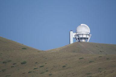 Het observatorium steekt wel erg mooi af tegen de strakblauwe lucht.