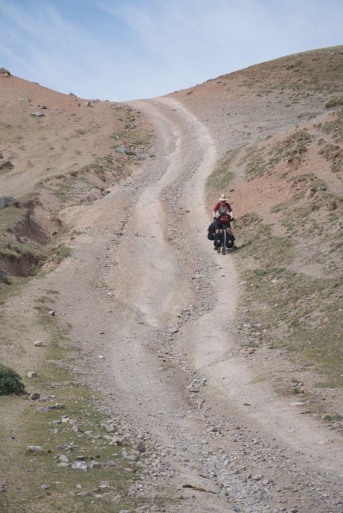 De hellingen aan deze kant zijn steiler dan aan de andere kant. Naar beneden is regelmatig flink eng.