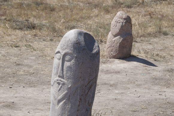 Enkele van de grafstenen bij de Burana toren.