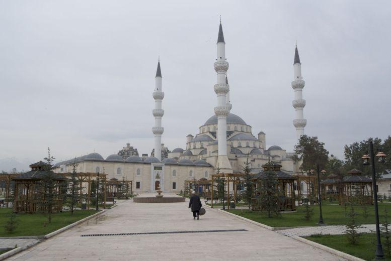 We vluchten heel even van de drukke weg tijdens de spits om foto's te maken van de gigantische moskee in Bishkek.