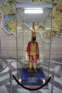 Alleen in de entreehal mogen we nog fotograferen. Daar staat een van de vele replica's van de 'Gouden man'.