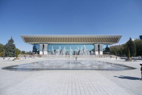 Ik geloof dat dit een concertzaal is, vlakbij het Abay monument waar we afgesproken hebben met Dennis van Walking Almaty.