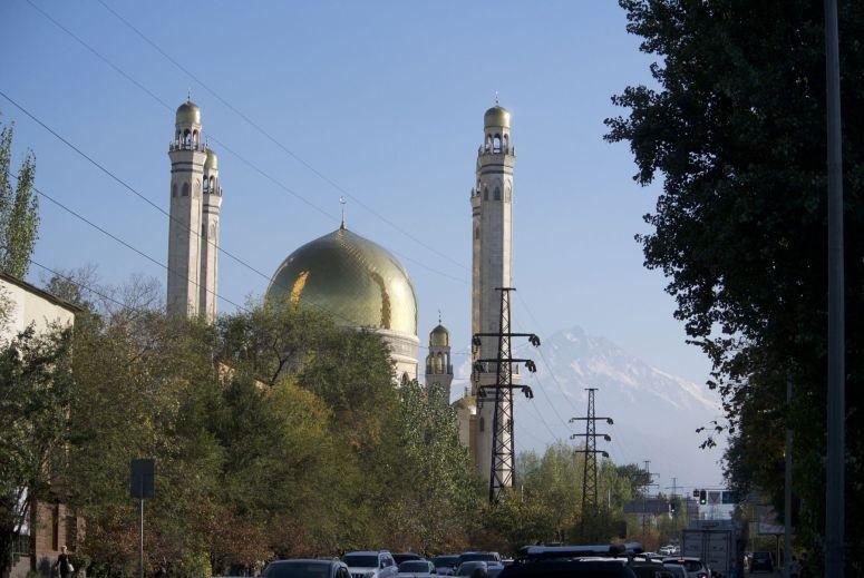 Op weg terug komen we langs een grote moskee. Het gouden dak doet in het felle zonlicht bijna pijn an de ogen.