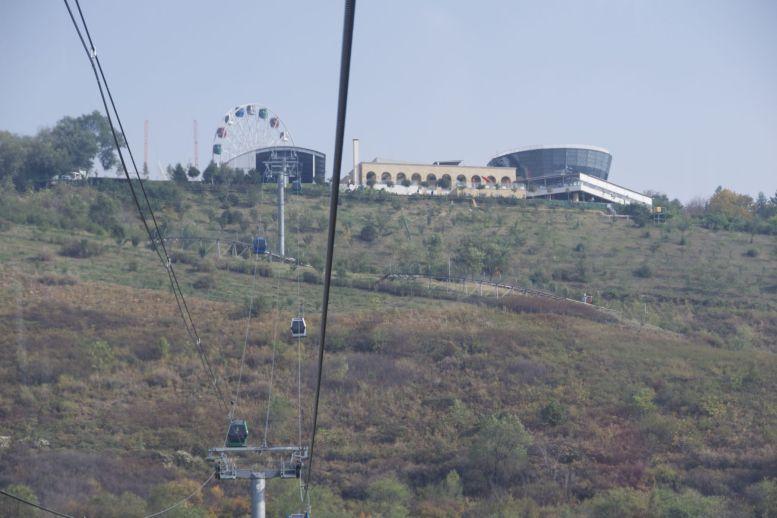 Nog een kabelbaantje, nu in Almaty zelf, de Kok Tobe heuvel op.