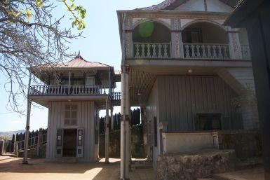 Het paleis van koningin Ranavalona II, Fandriampahalemana is een vrij nieuw deel, het stamt uit de 19 eeuw. Binnen mogen we niet fotograferen.