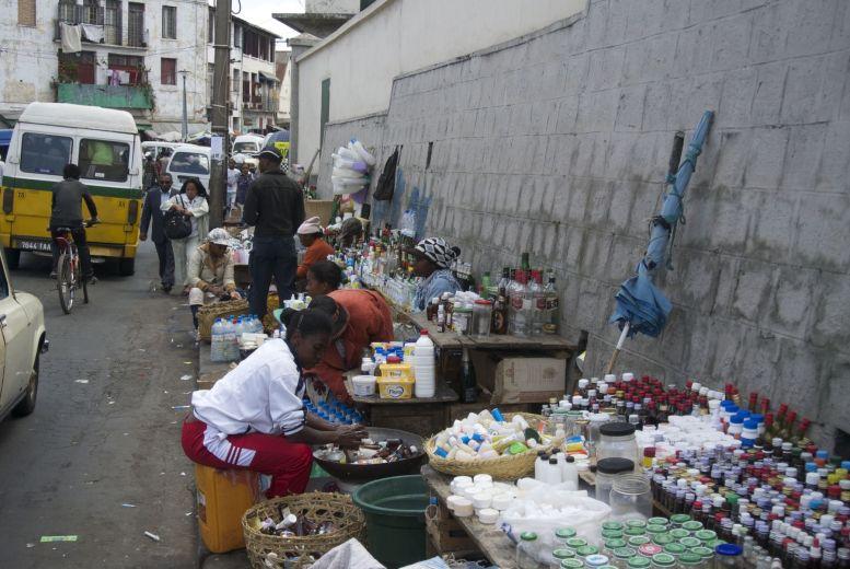 Flesjes, potjes, plastic bakjes, alles wordt verzameld, afgewassen en hergebruikt.