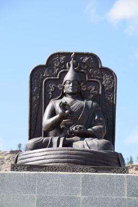 Boeddha beeld op weg naar museum en tempel.