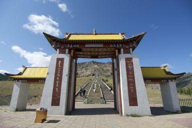 De trappen naar de Galdan Zuu tempel.