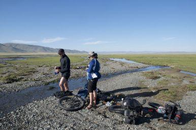 Water aanvullen. Lu en Nicolas moeten hierbij de fietsen neerleggen. Ze zijn regelmatig jaloers op onze standaard.