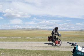 Jurjan leent zijn fiets even uit. De fiets is enigszins te groot voor hem.