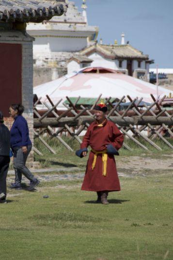 Ik weet niet of hij zich altijd zo kleed, of dat de outfit speciaal voor zijn bezoek aan Erdene Zuu is.