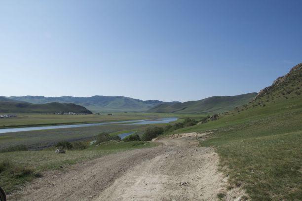 Al snel buiten Kharkhorin gaan we langs de rivier fietsen. We komen een hele rij mountainbikers tegen die (zonder bagage) een stuk makkelijker de weg op en neer gaan dan wij.