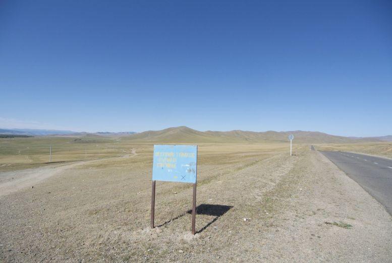 Terug bij af, hier sloegen we op de heenweg af van het asfalt. We grappen even over nog een rondje, maar gaan toch maar richting Tsetserleg.