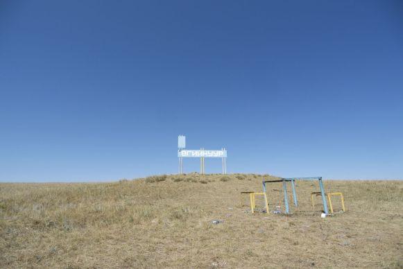 Dit bord bovenop de heuvel werpt net genoeg schaduw om de temperatuur dragelijk te maken tijdens de lunch.
