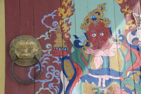 Prachtige schildering en deurklopper op de deur het kloostercomplex in.