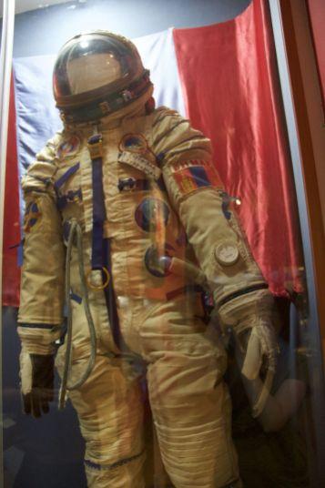 De mongoolse austronaut die dit pak gedragen heeft moet echt heel mini geweest zijn. Wat een kleine outfit!