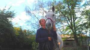 Stute Trixi unterstützt Jutta Einhaus bei Ihrer Arbeit