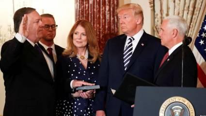 Pompeo jura como Secretario de Estado ante Mike Pence y Trump observa.
