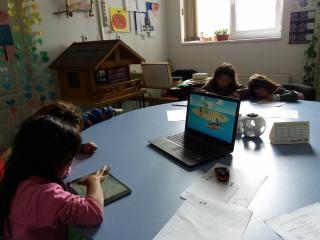 Romi-učenje3;-foto:-Udruženje-Romkinja-Nada