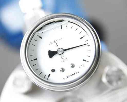Pormenor do manómetro de monitorização do diafragma de uma bomba doseadora LEWA ecoflow