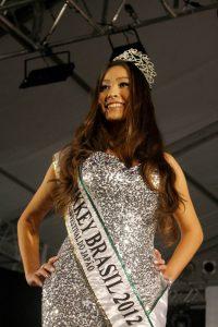 Adrielle Ariosi Iwai, vencedora do ano passado, em seu desfile de despedida