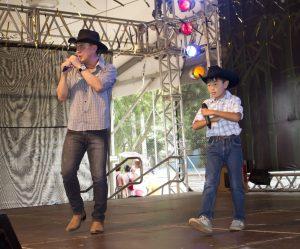 Joe Hirata ao lado do pequeno Ryu Jackson