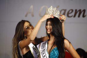 Amanda Mizukava, vencedora deste ano, recebendo a coroa da Miss Nikkey 2013, Patrícia Nagata