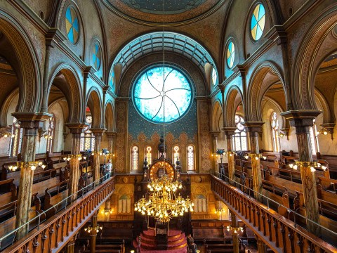 Main sanctuary of Eldridge Street Synagogue (Photo/Wikimedia-Jason3081 CC BY-SA 4.0)