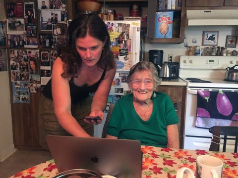 Rebecca Hodges shows her grandmother, Dina Angress, the family website she has created for the memoir. (Photo/Laura Paull)