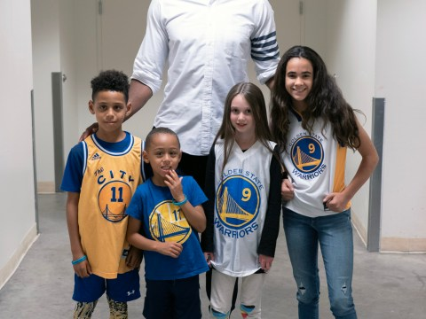 Andre Iguodala backstage at the JCCSF with young fans (left to right) Noah Minor, Micah Minor, Olive Miskie and Elizabeth Barry, June 28, 2019 (Photo/JCCSF-Adam Silverman)