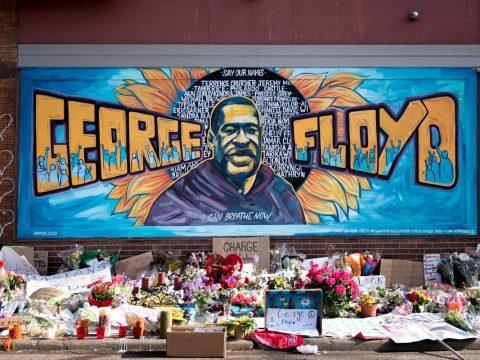A mural memorializing George Floyd in Minneapolis by Xena Goldman, Cadex Herrera and Greta McLain. (Photo/Lorie Shaull vai Flickr)