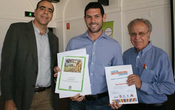 Gary Samowiz [centre] receives his award from the JNF's Shlomo Ben-Haim and B'nai B'rith's Ernie Friedlander