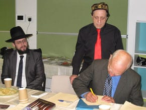 Uncle Boydie signs the petition   photo: Sylvia Deutch