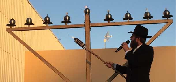 Rabbi White lights the Menorah in Perth