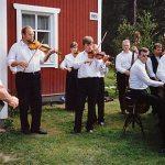 Jylhän Kyläpelimannit toivottivat vierailijat tervetulleiksi heinäkuussa 1995.