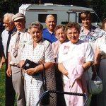 Jylhän kylätalon edustalla 1995 mm. Paavo Jylhä vaimoineen sekä heidän vieressään lastenvaunujen takana Amerikan vieras Linnea Werner (Jylhä). Hänestä takana oikealla sukuseuran sihteeri Jarmo Jylhä