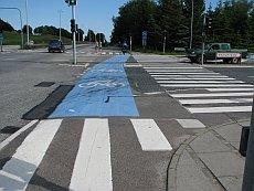 Risteys Kööpenhaminan lähellä. Pyörätie laskeutuu risteyksessä autotien tasalle. Reitti on suora ja tasainen.
