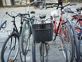 Jyväskylän Asemakadulla käytettävä pyörätelinemalli on erinomainen, mutta kuten nähdään. niin etutavaratelineellisen pyörän joutuu survomaan paikoilleen väkisin. Parkissa pitäisi käyttää myös toista telinemallia.