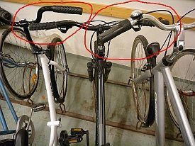 Tässä nähdään pyörätelineiden molemmat perustoteutusvirheet: teline ei tue pyörää kunnolla ja pyöräpaikat ovat aivan liian lähekkäin. Telineet vahingoittavat pyöriä ja niiden käyttäminen on hankalaa. Pyörää ei saa irti telineestä vääntämättä ja kolhimatta viereisiäkin pyöriä.