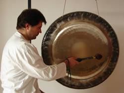 Satya Alexander Renner beim Spielen des Gongs