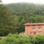 Vista Seambe y fachada este con molino de casa rural ecológica Kaaño etxea.