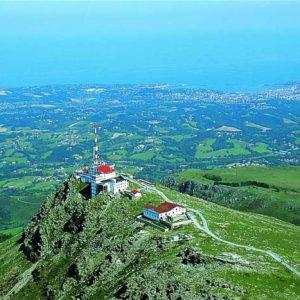 casa rural ecológica Kaaño etxea- Vista aérea del monte La Rhune con San Juan de Luz en la costa francesa
