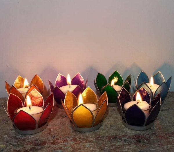 Lotus sfeerlichtjes in zeven chakra kleuren met zilveren rand