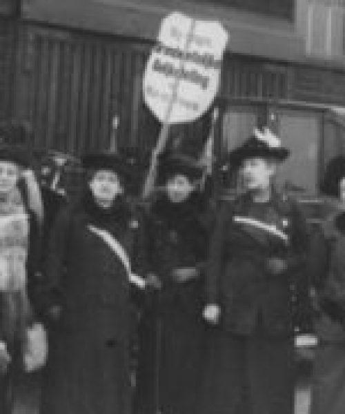 kiesrecht-vrouwen-vrouwenkiesrecht-demonstratie-amsterdam-atria-414x248